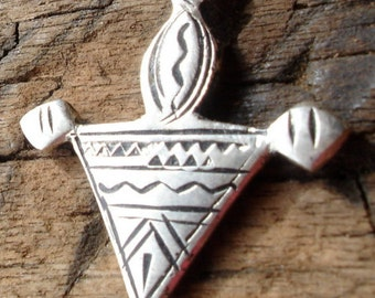 Small  Moroccan hand engraved fibula pendant with zig zags