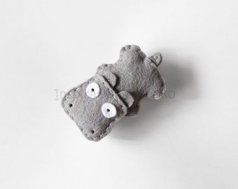 Hippo plush brooch made of felt, cute animal accessory for hippo lovers, hippo figurine, gift idea for kids, women, funny accessory