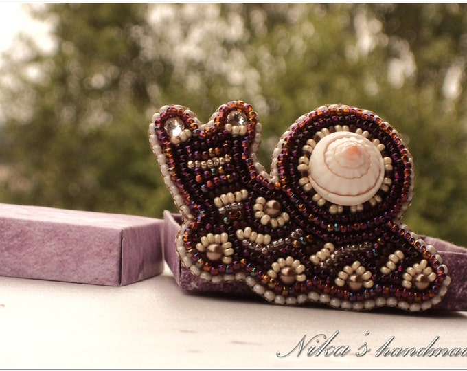 Snail shaped brooch made of Czech beads and natural shell, embroidered brooch, animal pin, embroidered brooch ready to ship