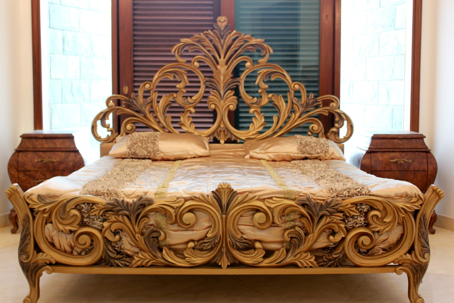 Hand Carved Bed: Baroque Style Hand Carved Double Bed Set