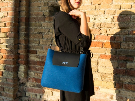 30% OFF - Felt and leather FLAP BAG with leather strap / blue bag / felt tote bag / wool felt / vegetable tanned leather / made in Italy