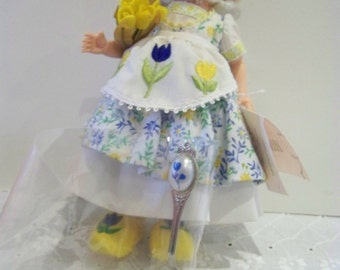 HOLLAND tulip madame alexander 8 in doll with Dutch spoon
