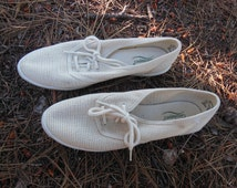 woven mesh 80s tennis shoes / vintage white sneakers Grasshoppers / boho preppy sporty lace up flats rubber soles / minimal basic summer / 7