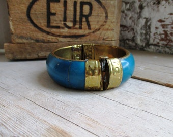 VINTAGE Wide brass bracelet with turquoise blue wood and convenient closure