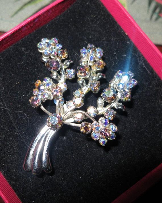 Lovely vintage 1950s aurora borealis rhinestone brooch