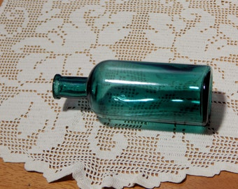 Antique Green Glass  chemical bottle P.D.& CO. (Parke,Davis and Co Detroit )