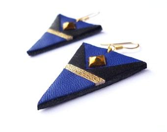 Boucles d'oreilles triangle en cuir recyclé pour noel - bleu électrique doré noir plaqué or - bijou clou doré - bijoux femmes coloré