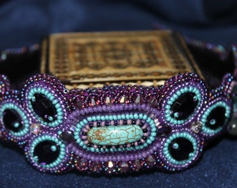 Hair band beaded on a metal base.