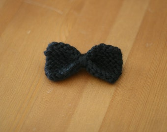 Bow tie with pin back in black