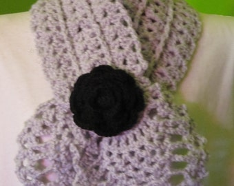 Pale grey headscarf with a rose (black)