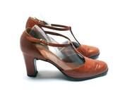 T-bar leather pumps . Women heel shoes . Tawny brown color . France . Size fr 38 / uk 5 / us 6.5 . Vintage 1960s