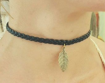 Choker, necklace Choker of braided leather, with detail of feather gilded in the Center. There are different colors of braid available.