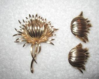 Vintage Crown Trifari Gold Flower Pin and Clip Earrings Set --Superb!