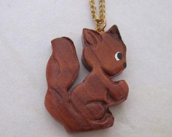 vintage carved wood squirrel woodland animal figural pendant necklace - j5980