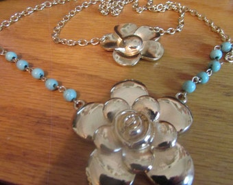 Double flower pendent necklace