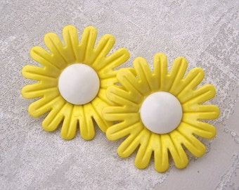 ENoRMoUS Daisy Buttons 40mm - 1 1/2 inch Yellow Marguerite Flower Shank Buttons - 2 NOS Vintage Plastic Buttercup Yellow Flower Button PL461