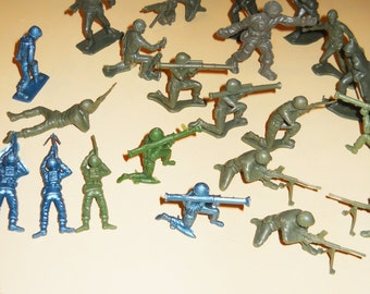 Lot Plastic Toy soldiers Mid Century 22 pieces
