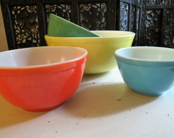 Vintage 1940s Primary Colors PYREX Nesting Mixing Bowls