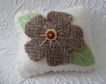 Flower Pincushion Wool Felt Pins Penny Rug Needle Keep Pins