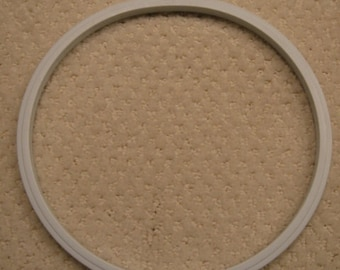 """vintage """"Boye"""" round plastic embroidery hoop . . . 8"""" . . .  excellent  like new condition"""