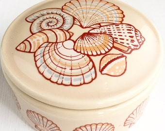 Vintage Ceramic Seashell Trinket Box / Beige Vessel with Sea Shells / Retro Beach Home Decor / Wedding Ring Box Lif Lidded