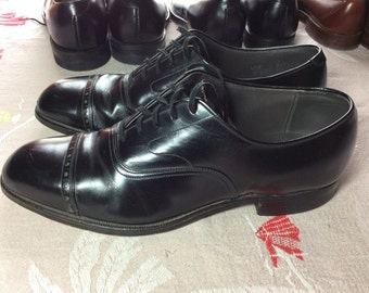 1950's Black leather cap toe shoes size 8.5 leather soles canvas lining