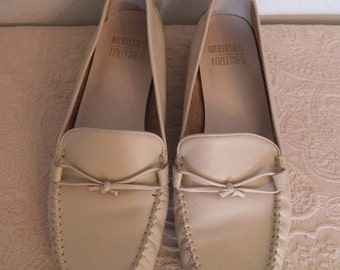 Vintage Cream Leather ~ Mootsies Tootsies  ~ Leather flats ~ Granny shoes ~  Size 8 M