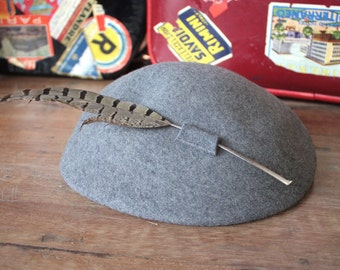 Vintage 1940's Hat // 40s Grey Felt Wool Tilt Hat with Feather // Felted Beret Cap with Plume Feather // Tally-Ho // DIVINE
