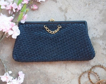 1950s . navy blue woven straw clutch