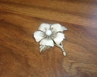 vintage pin brooch silvertone white enamel flower sarah coventry