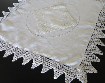 Victorian Table Topper White Linen Damask Crochet Lace Edge Filet Lace Center 22 by 22 Inches 203b