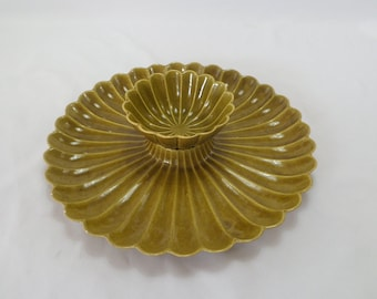 Vintage 60s California  pottery avocado green 2 piece flower shape chip and dip set