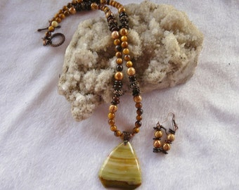 20 Inch Gold and Brown Bandes Agate Pendant Necklace with Earrings