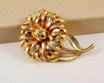 Crown Trifari Gold Tone Flower Brooch (vintage retro 50s 60s signed small pretty mad men floral spring summer metal)