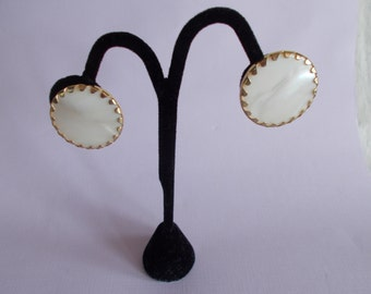 Vintage Sarah Cov White And Gold Tone Clip Earrings // 44