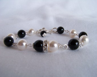 Black and White Bracelet - Bridesmaid Black White Bracelet - Bridesmaid Gift - Mother of the Bride Bracelet - Onyx and Pearl Bracelet