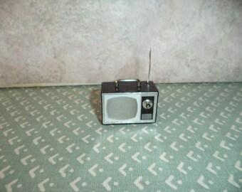 1:12 scale dollhouse miniature old fashion look portable TV