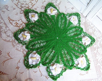 """Vintage Cala Lilly Lillies Hand Crochet Green with White Floral Doily 3 Dimensional White and Yellow Flowers Cottage Chic Doily Romantic 20"""""""