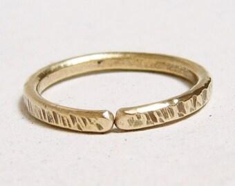 anneau homme T 62, anneau laiton, anneau forgé ajustable, anneau épais, laiton texturé, anneau martelé, bague rustique, bague minimaliste