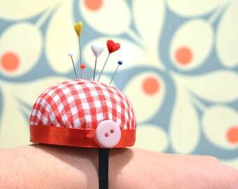 Pincushion for s wrist Vichy Red