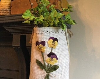 The pansy pouch (wool applique pattern)