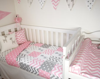 Patchwork quilt nursery set - Pink and grey giraffes (Pink with white spot quilt backing)