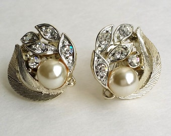 Amazing Vintage LISNER Silver Tone Faux Pearl Sparkling Rhinestone Leaves Art Deco Retro Clip On Earrings