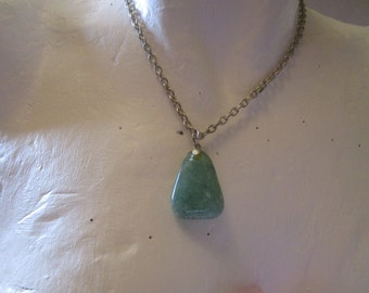 "vitage green polished agate pendant 1.25""long on silvertone chain 16""long"