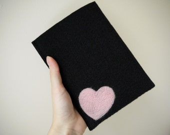 Felt Kindle cover. Handmade Kindle Paperwhite case. Kindle Voyage etui with light pink heart. Wool ereader case. Black Amazon Kindle Cover.