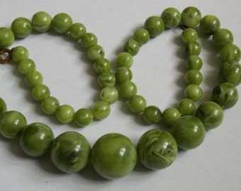 plastic green vintage necklace of the 1970s