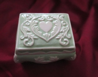 Trinket box/Cute green and white ceramic heart trinket box