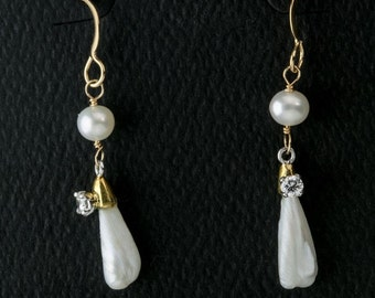 Vintage Mississippi pearl earrings with 15 point full cut diamonds on 14k gold wire. (erfn118)