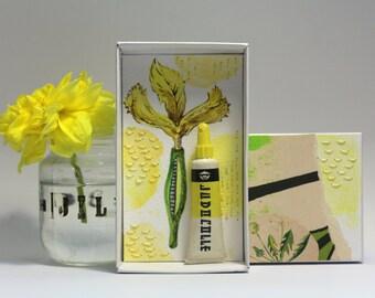 Art:petit diorama réalisé dans une boite d'allumette.Matchbox.Iris et tube de dentifrice petit objet vintage.Jaune.