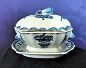 Antique Chinese Export Covered Gravy Condiment Tureen with Under Plate, Blue and White, 19th Century, Victorian Era, Circa 1840-1900